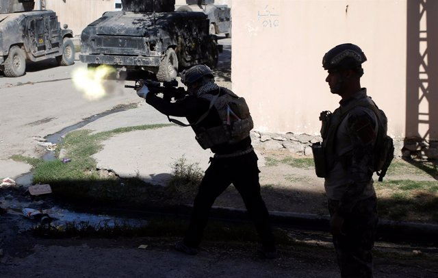 Miembros de las fuerzas especiales iraquíes combaten en Mosul