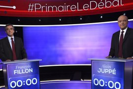 Fillon avanza hacia el liderazgo de la derecha francesa tras el único debate con Juppé