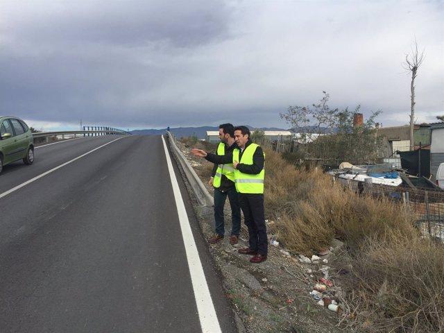 El diputado Óscar Liria y el concejal Carlos Sánchez en la carretera AL-3116.