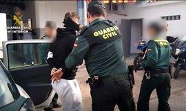 Detenido en Alicante un hombre por dar una paliza a su pareja en el portal de su casa