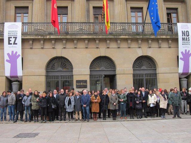 Concentración de Gobierno y partidos navarros contra la violencia de género