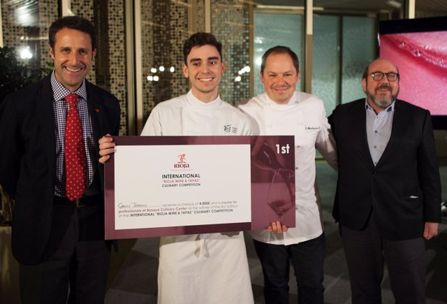 El ganador Carles Tarrasó recibe el premio Rioja Wine y Tapas