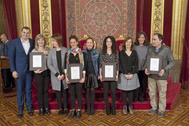 Autoridades y galardonados en el Palacio de Navarra