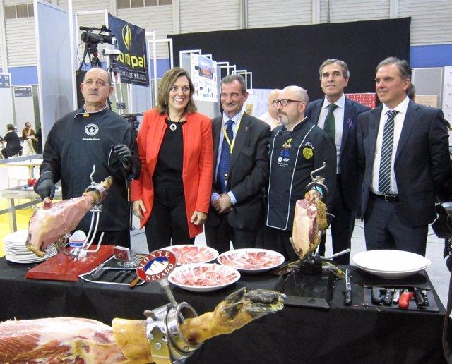 Marcos junto a cortadores con los jamones premiados en la Feria de Segovia