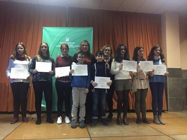 Luna (centro), junto a los alumnos galardonados