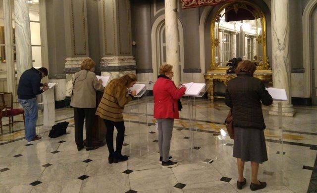 Ciudadanos firman en el libro de condolencias