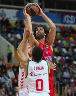 Milos Teodosic lanza ante Larkin