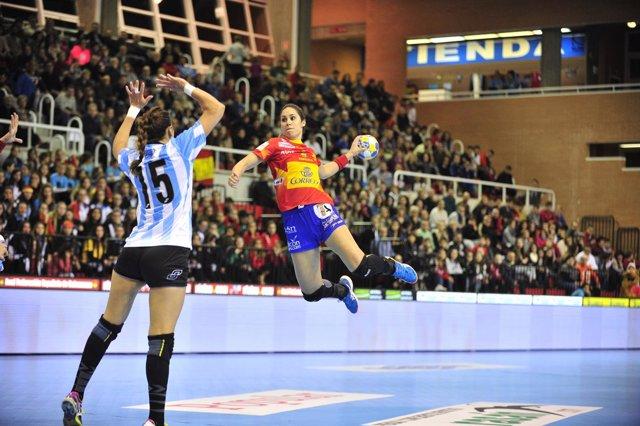 La jugadora española Judith Sans con las Guerreras de balonmano