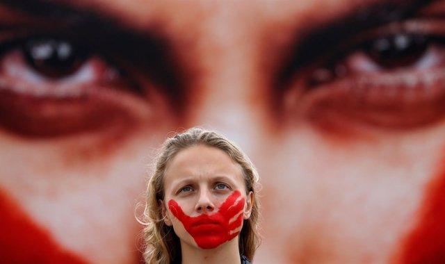 Una activista protesta en Río de Janeiro por las ?violaciones colectivas?