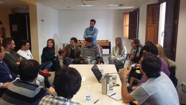 El alcalde de Granada con un grupo de elaboración del Plan Joven 2017-2020