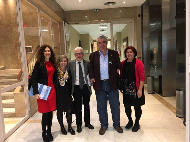 Miriam Alconchel (PSOE) con miembros de Avite
