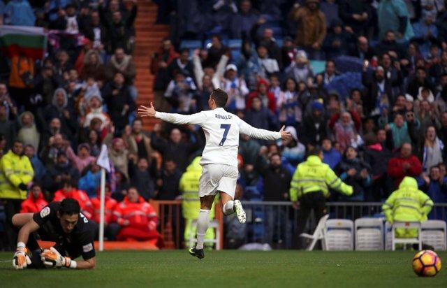 Cristiano Ronaldo celebra un gol ante el Sporting en un lluvioso Bernabéu