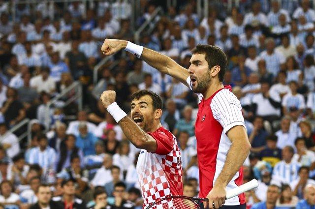 Croacia se impone en el dobles y acaricia la Davis
