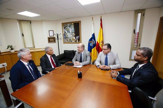 El consejero de Economía hoy junto a representantes del Gobierno de Cabo Verde