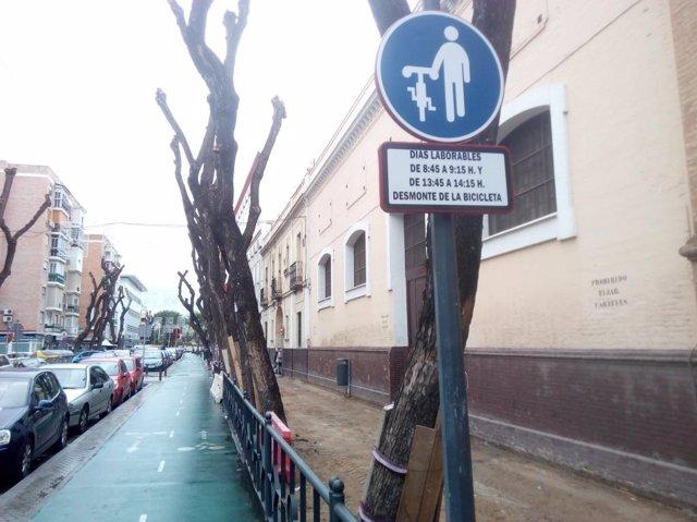 Señal de 'desmonte y ande' instalada cerca de colegios en Sevilla