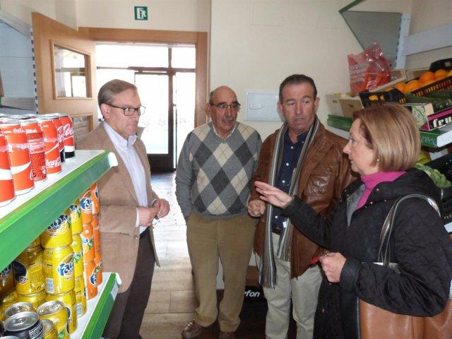 Joaquín Juste visita el multiservicios de Torrijas
