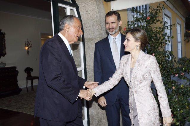 Los Reyes saludan al presidente de Portugal
