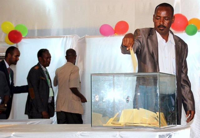Un parlamentario vota en las elecciones en Somalia en 2015