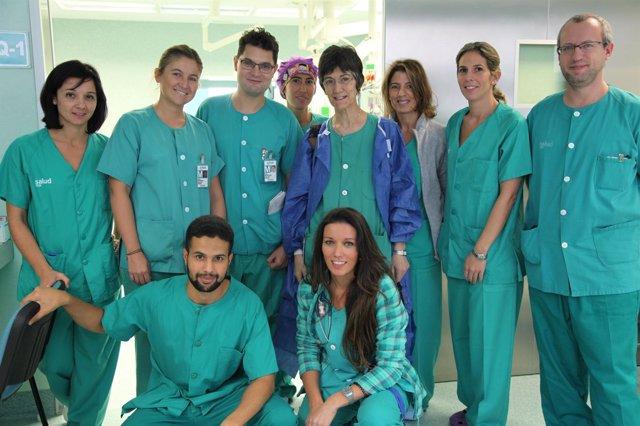 Equipo del Hospital Miguel Servet que operación con el paciente despierto