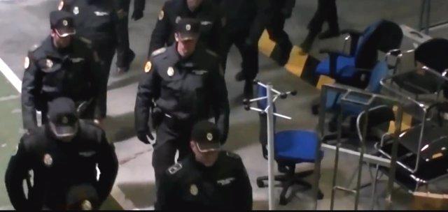 Agentes de policía en Canal 9 el día del cierre
