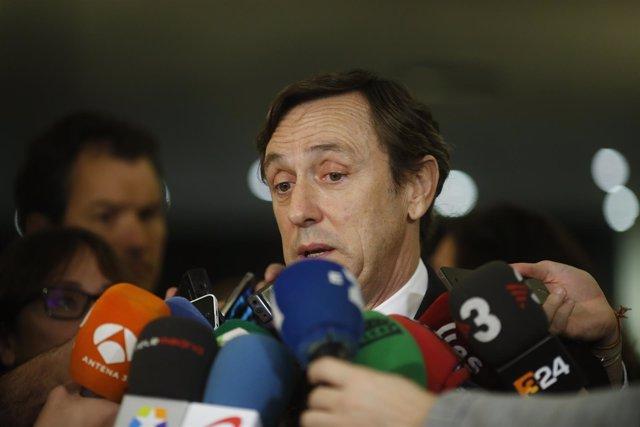 Rafael Hernando en declaraciones en el Congreso