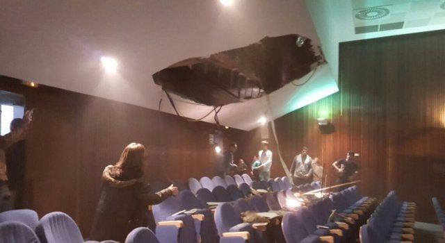 Se desploma parte de la talla de un techo de la Facultat de Geografia