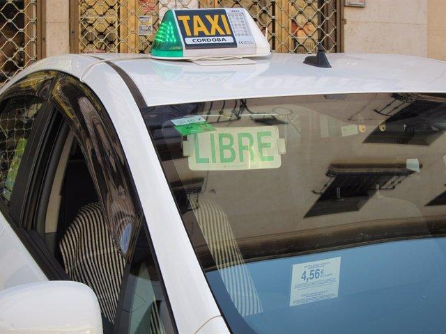 Un taxi de Córdoba a la espera de clientes