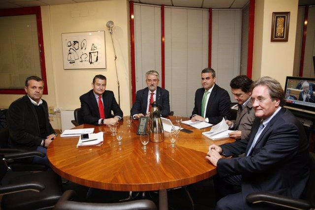 Sanz con alcaldes de Vejer y Conil y el director general de Protección Civil