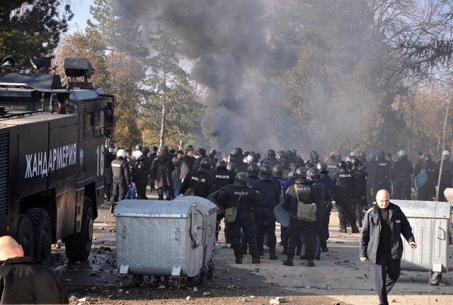 Policías y refugiados se enfrentan en Harmanli (Bulgaria)