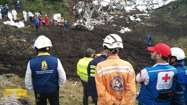 Los equipos de rescate en la zona del accidente del avión del Chapecoense
