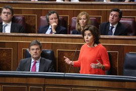 Santamaría pide al PSOE trabajar juntos para una solución en Cataluña pero desde la ley