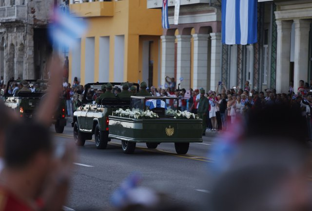 Cubanos con retratos de Fidel