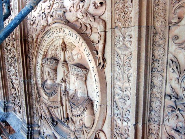 Medallón de los Reyes Católicos en la fachada de la USAL