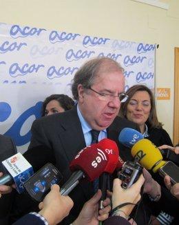 Herrera, durante su visita en la fábrica de ACOR en Olmedo.