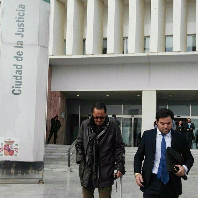 Julián Muñoz a la salida de los juzgados de Málaga