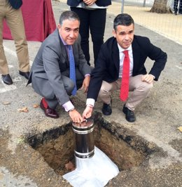 Elías Bendodo y el alcalde d e Marbella José Bernal primera piedra arroyo prime