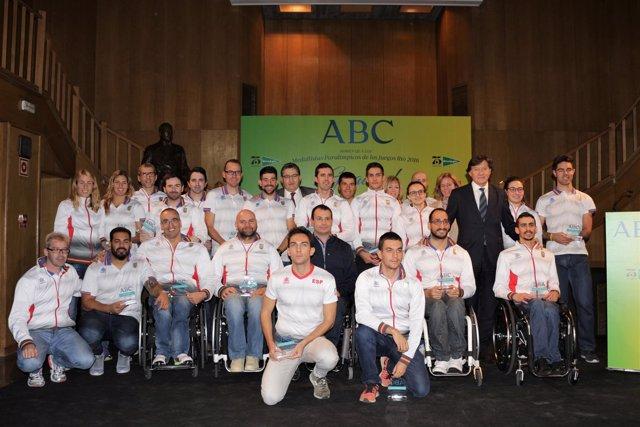 José Ramón Lete con los deportistas paralímpicos