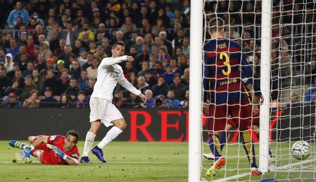 Cristiano Ronaldo, Bravo y Piqué en el Clásico Barcelona - Real Madrid