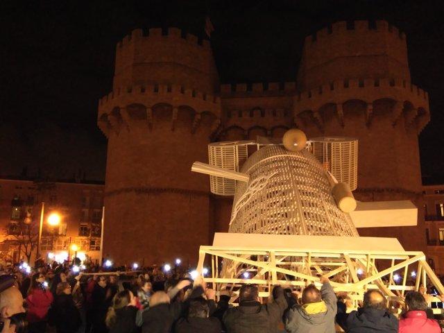 Decenas de falleros han alzado a pulso el monumento a gritos de 'Arriba'
