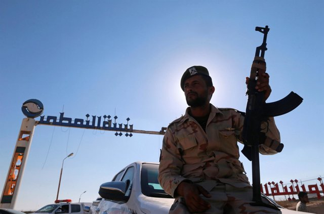 Un miembro de las fuerzas del general Jalifa Haftar