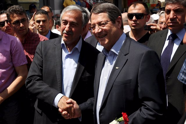 Akinci y Anastasiades estrechándose la mano, líderes chipriotas