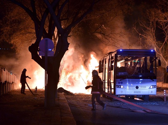 Los bomberos intentan extinguir un incendio tras el atentado de Ankara
