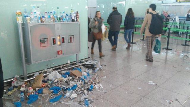 La suciedad y los residuos se acumulan en las terminales de El Prat