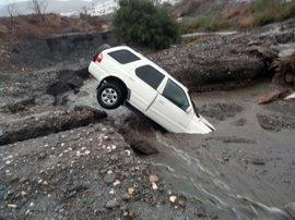 Cuatro rescatados de un coche arrastrado por la lluvia en una rambla de Mojácar