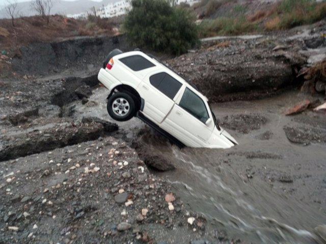 Coche arrastrado por las lluvias en Mojácar