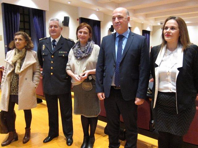 Ruiz (2º izda.) junto a ponentes y resto de autoridades