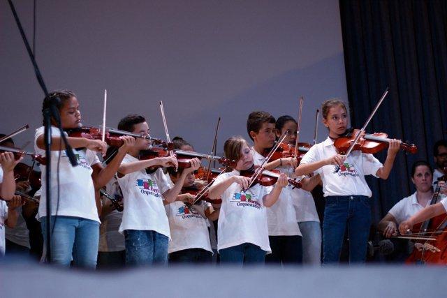 Alumnos del proyecto Barrios Orquestados que forman la cuerda de violines