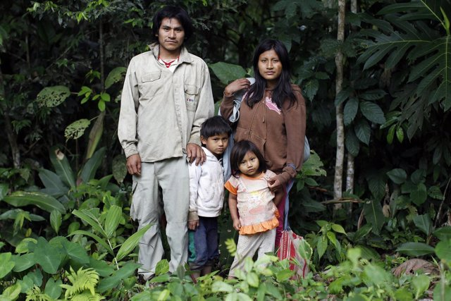 Una familia de indígenas mashco piro, en Perú.