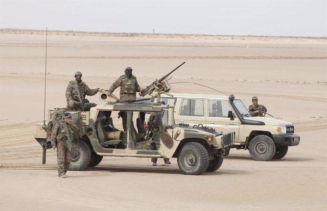 Militares tunecinos en la frontera con Libia