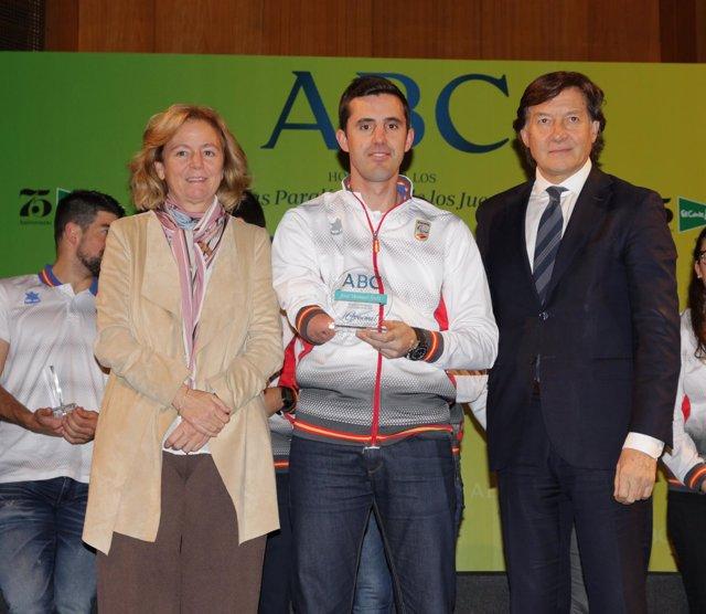 José Manuel Ruiz junto a José Ramón Lete y Catalina Luca de Tena